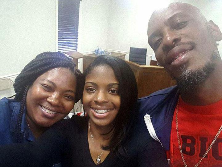 Kamiyah Mobley (középen), elrablása után 18 évvel találkozott először vér szerinti szüleivel (Fotó: Facebook)